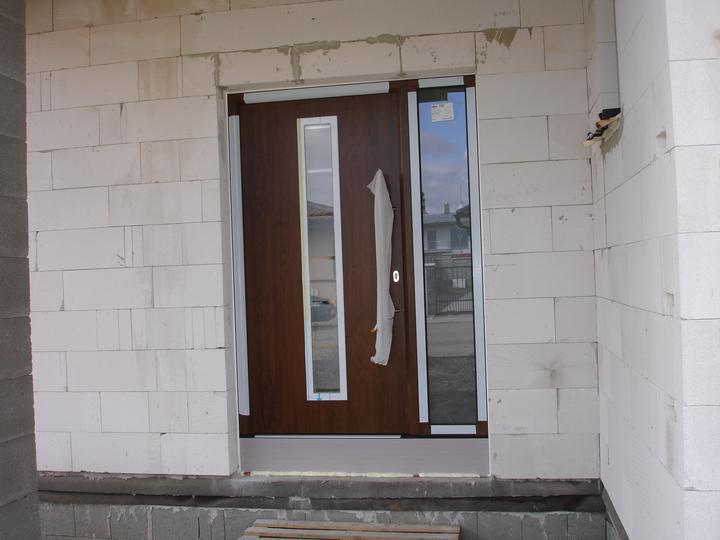 Naša realizácia: garážová brána+vedľajšie dvere+vstupné dvere (všetko HORMANN) - vstupné dvere 1100x2100mm HORMANN ThermoPro TPS700 + 400x2100mm bočný svetlík - orech