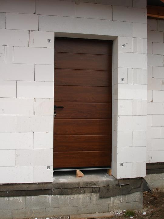 Naša realizácia: garážová brána+vedľajšie dvere+vstupné dvere (všetko HORMANN) - vedľajšie garážové dvere HORMANN, hliníková bloková zárubeň, kovanie kľučka/kľučka čierny plast