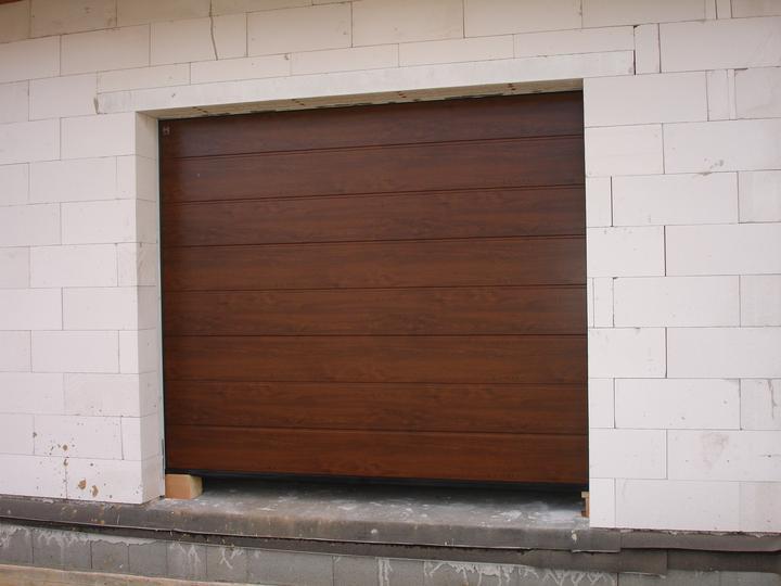 Naša realizácia: garážová brána+vedľajšie dvere+vstupné dvere (všetko HORMANN) - garážová brána 2500x2125 mm HORMANN, prelis M, decograin - orech