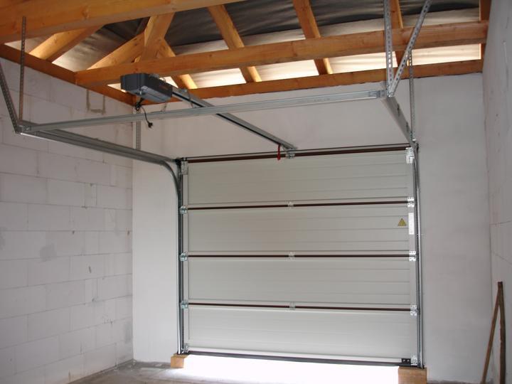 Naša realizácia: garážová brána+vedľajšie dvere+vstupné dvere (všetko HORMANN) - garážová brána - vnútorný pohľad