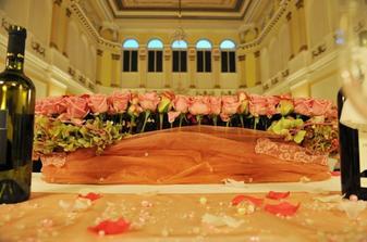 Kvety na hlavnom stole (ruze)