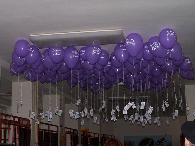 Moje představa - tohle bych chtěla - kombinace fialových a bílých balonků - na konci uvážeme zjednodušené oznámení naší svatby a po obřadu vypustíme :)