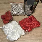 Červené a bílé dekorace na stůl,