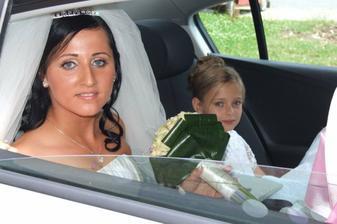 ...Martinka s družičkou v aute...