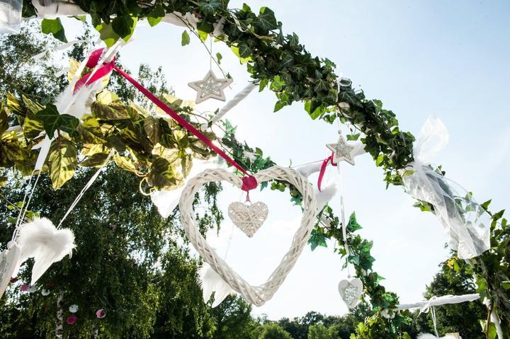 Hand made prípravy - ...a bielymi vianočnými ozdobami, pierkami (ako na šatách). Na stromoch v altánku je vidieť niekoľko papierových kvetinových gulí - biele, ružové a cyklamenové - ktoré sme prácne tvarovali. Krásne to vo vetre vialo.
