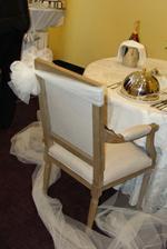 krásná dekorace na židlích