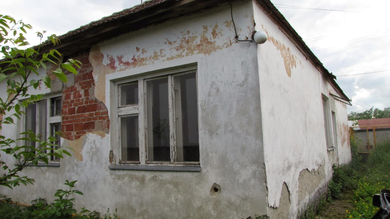 Rekonštrukcia starého domčeka - Žalostný pohľad od dvora.