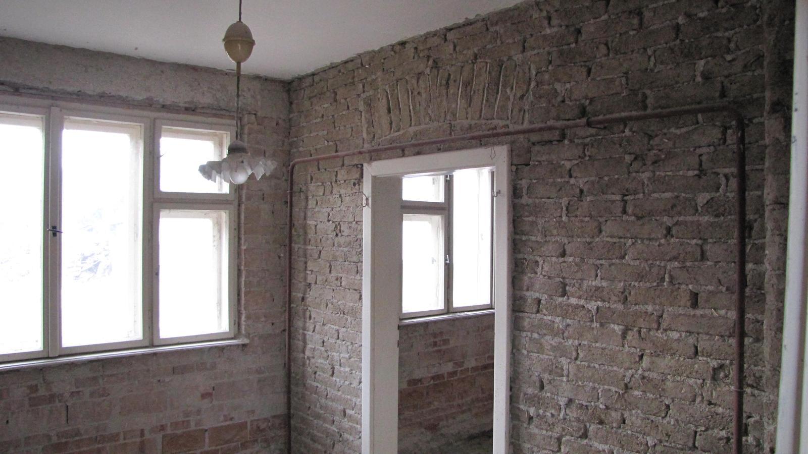Rekonštrukcia starého domčeka - Krásna stena až mi je ľúto ju zbúrať.