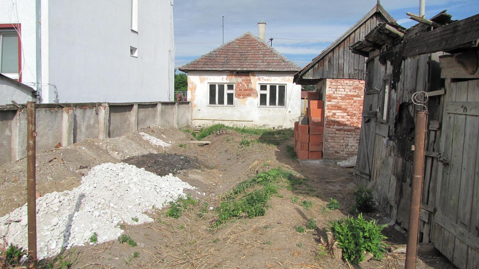 Rekonštrukcia starého domčeka - Bazy sa porúčali do večných lovíšť.