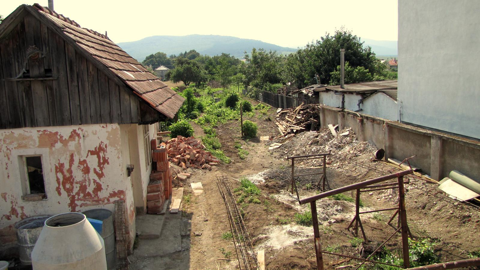 Rekonštrukcia starého domčeka - Z Džungle už trčia len pahýle.