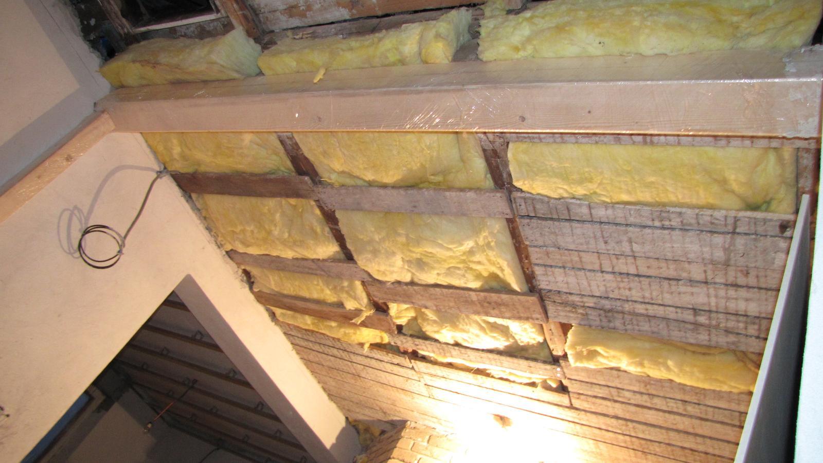 Rekonštrukcia starého domčeka - Zatiaľ 26 cm vaty  ešte na vrch stropu prídám 15 cm polystyrénu.