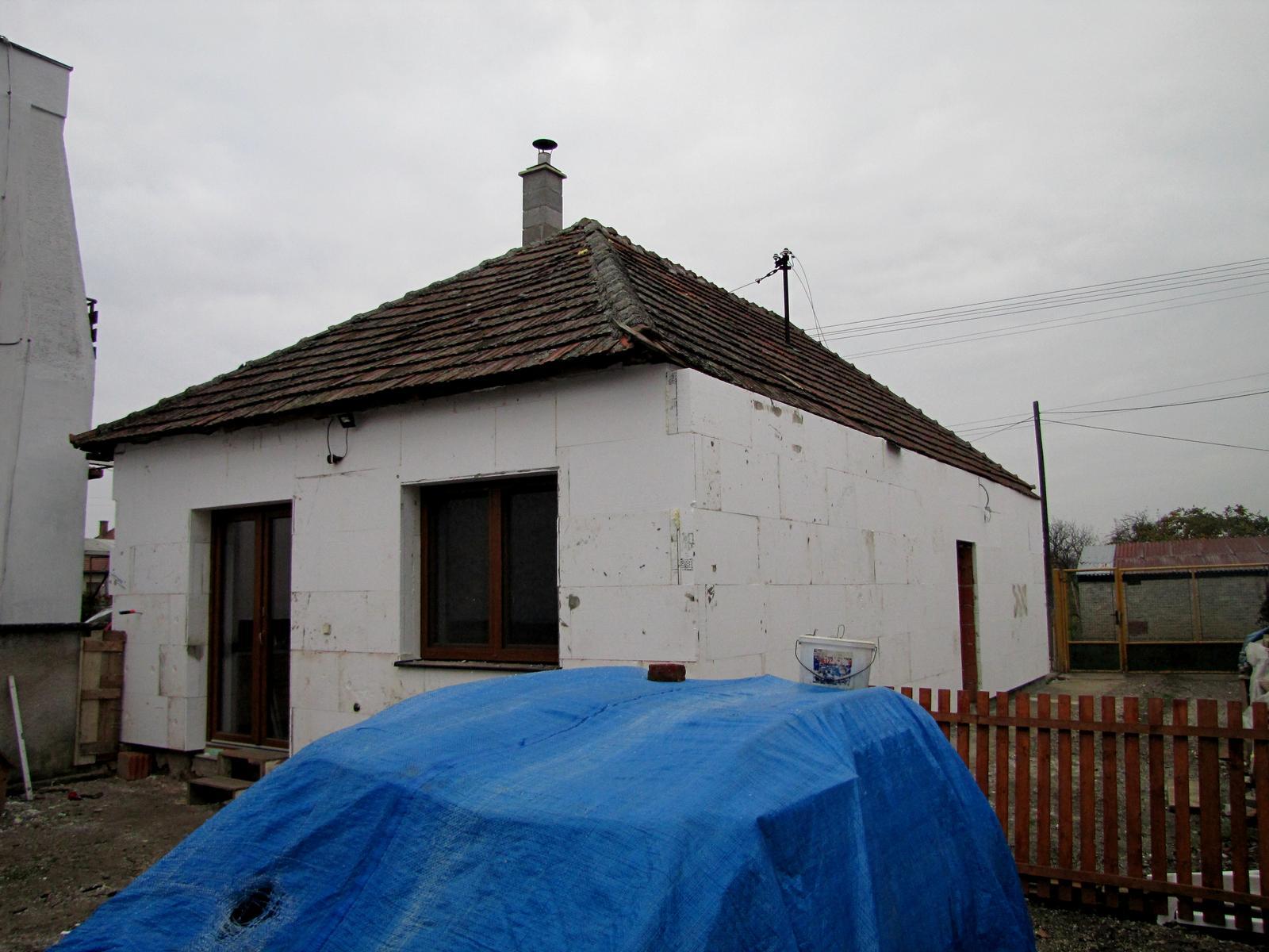 Rekonštrukcia starého domčeka - Domček dostal na zimu kabát .Ešte tú čapicu zo šiltom.