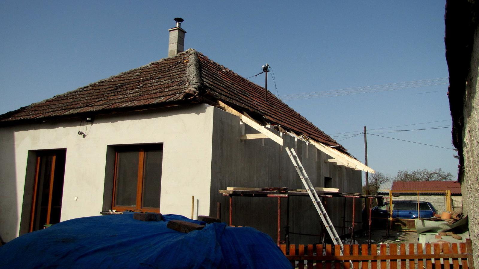 Rekonštrukcia starého domčeka - Po zimnej prestávke som sa pustil do strechy.Sodoma Gomora.