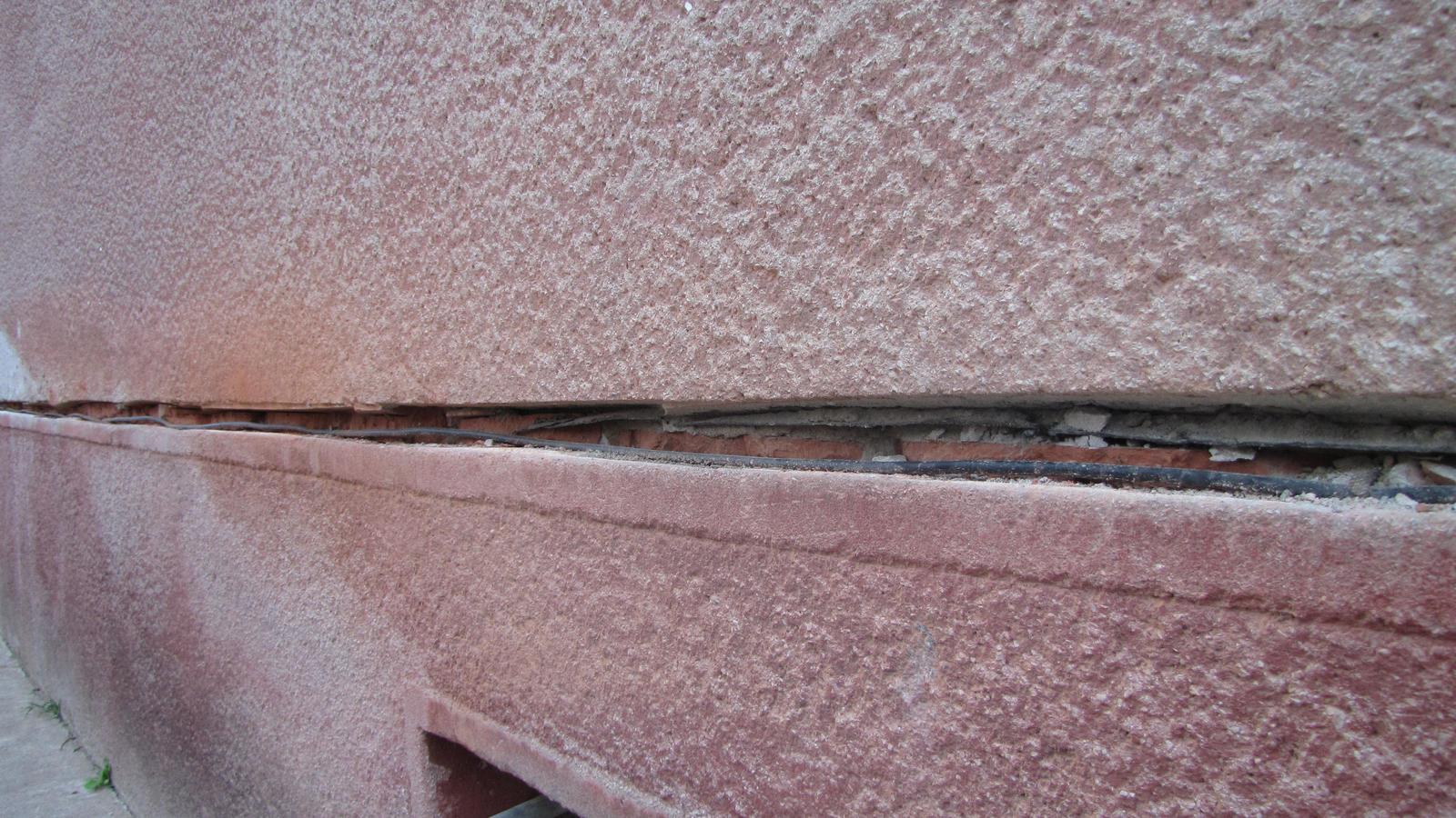 Ratnovce - Chyba takmer všetkých starých domov. Preomietnutá vodorovná hydroizolácia v exteriéri.