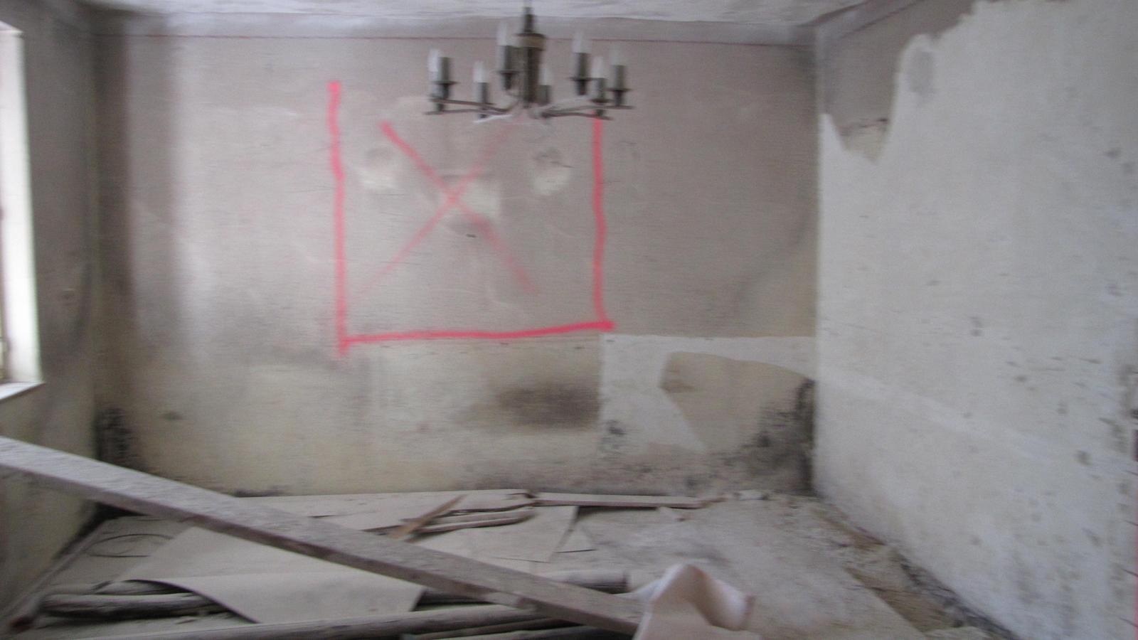 Ratnovce - To tmavé na stenách je plieseň,po násobnom ošetrení  chémiou od fa HG. Steny boli predtým čierne.