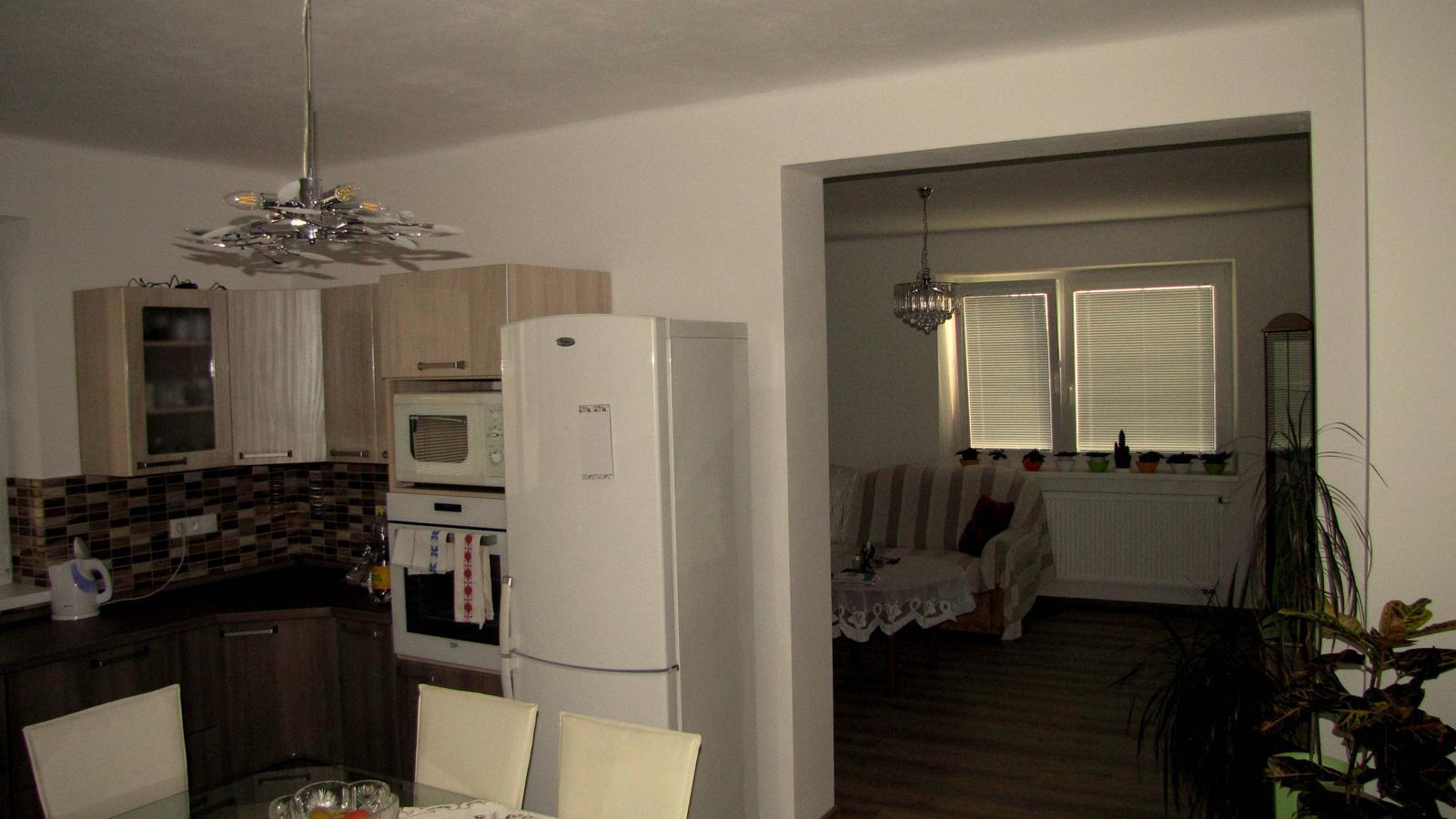 Ratnovce - Časť kuchyňa s prechodom do obývačky.