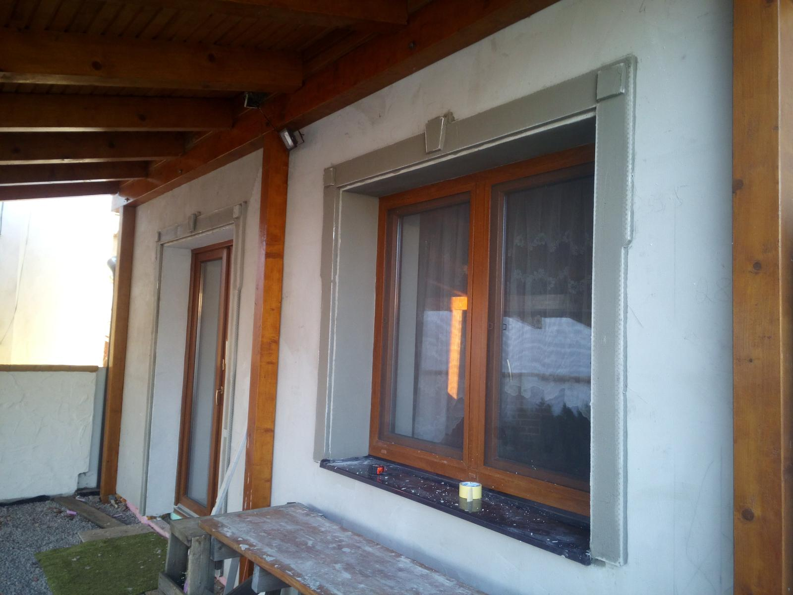 Rekonštrukcia starého domčeka - Zatiaľ nedokončené lezenky okolo okien.
