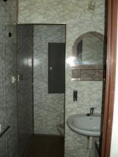 """""""koupelna"""" ...děs, jádro olepené tapetou"""