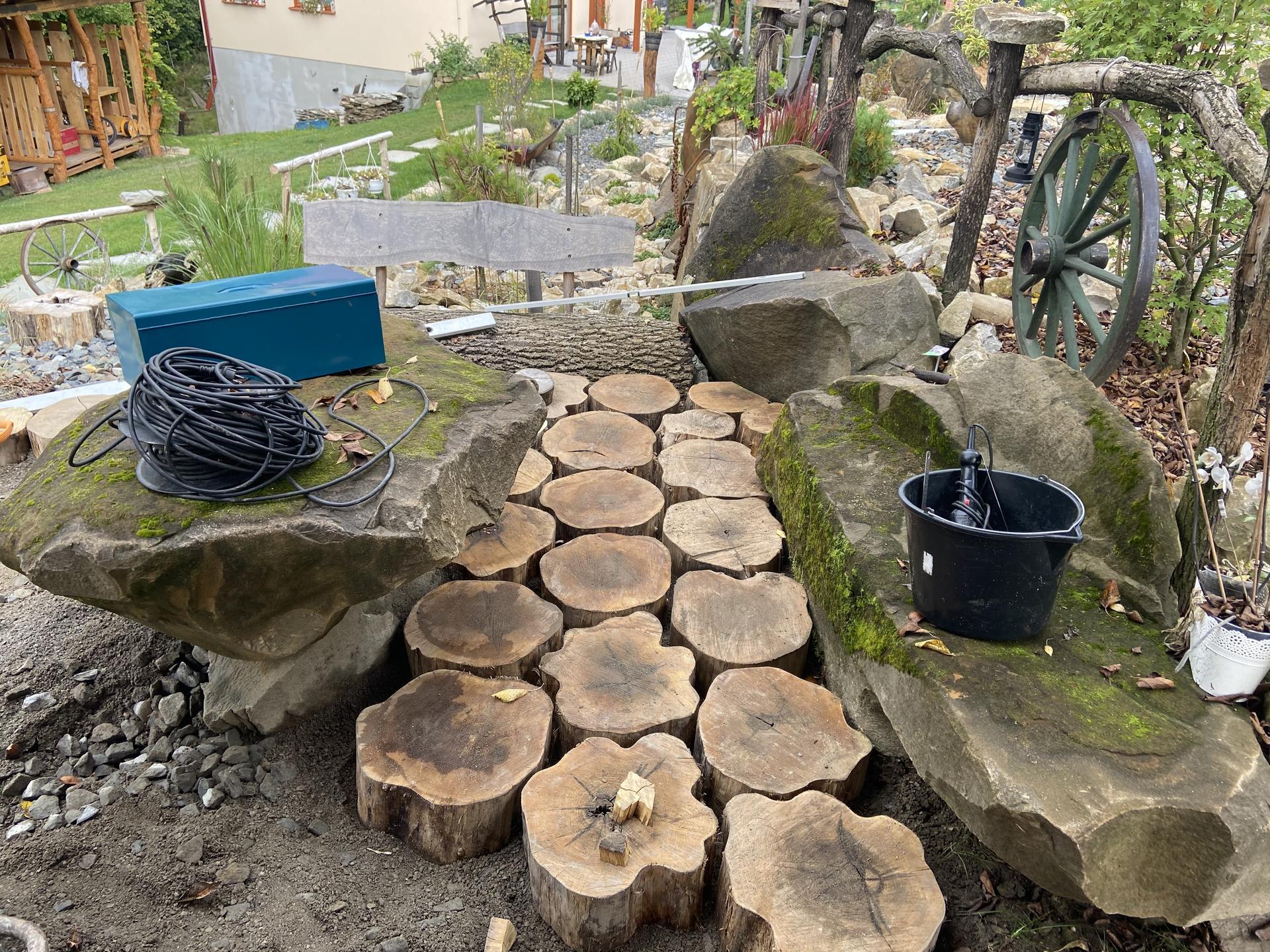 Ahoj Začínám ukládat dlažbu z akátu 😉 do štěrkové lóže. Výsledek na fotce 😁 - Obrázek č. 2