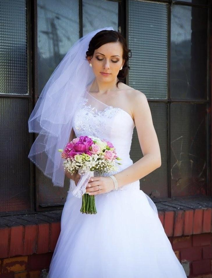 Vyšívané svadobné šaty - Obrázok č. 1