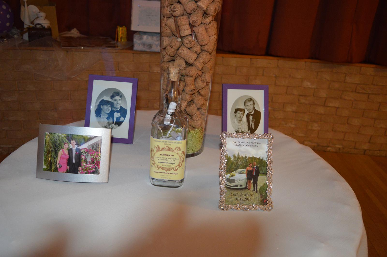 Lucie{{_AND_}}Marcel - Fotky rodičů ve svatební den, a taky 2 naše :) Uprostřed láhev se vzkazy, které si přečteme na 1.výročí :)