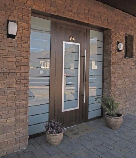 Vchodové dveře s HPL dveřní výplní - Vchodové dveře s HPL dveřní výplní GAVA 701 a s pískovaným sklem P18 INV