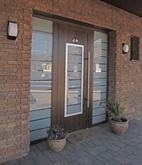Vchodové dveře s HPL dveřní výplní GAVA 701 a s pískovaným sklem P18 INV