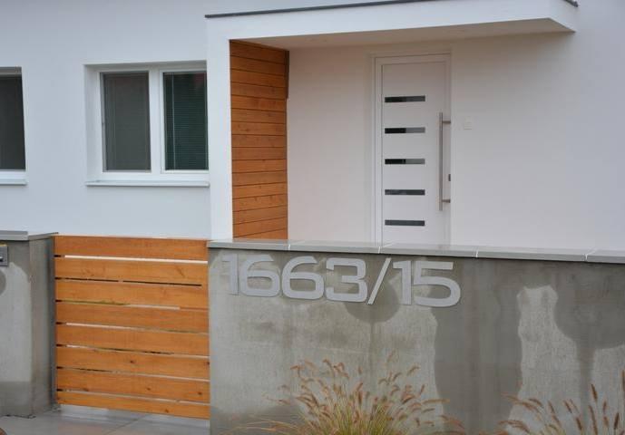 Vchodové dveře s HPL dveřní výplní - Vchodové dvere s dvernou výplňou GAVA 916-realizácia