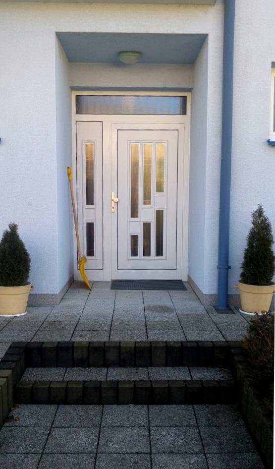 vchodove_dvere_gavaplast - Vchodové dvere s plastovou dvernou výplňou GAVA 131 a bočným prísvetlíkom GAVA 131/2