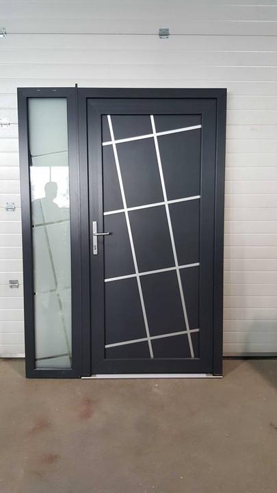 Vchodové dveře s HPL dveřní výplní - Vchodové dveře s HPL dveřní výplní GAVA 618 s pískováním Laryo INV v bočním svetlíku