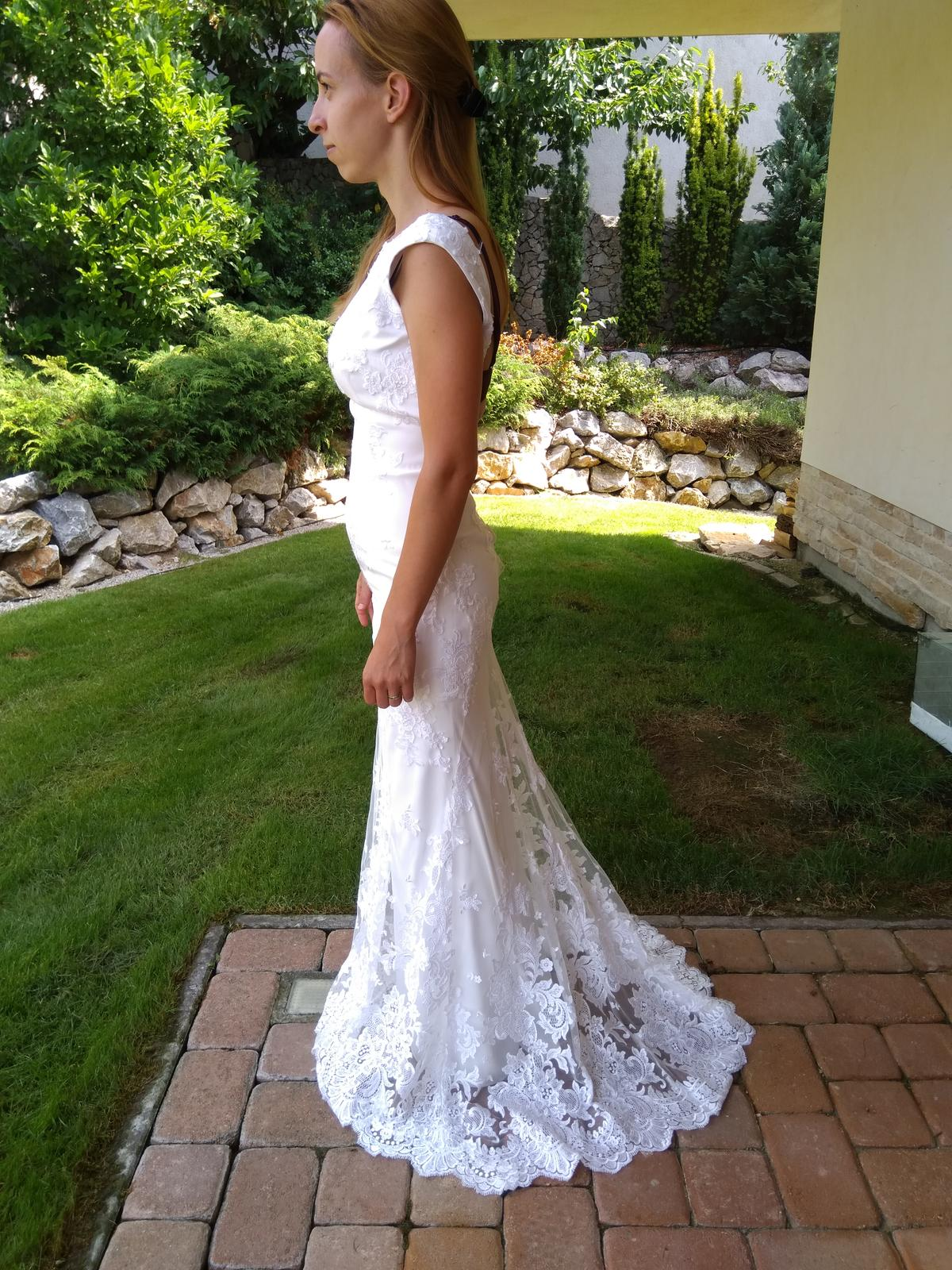 Svadobné šaty s jemnou čipkou a miernou vlečkou - Obrázok č. 1
