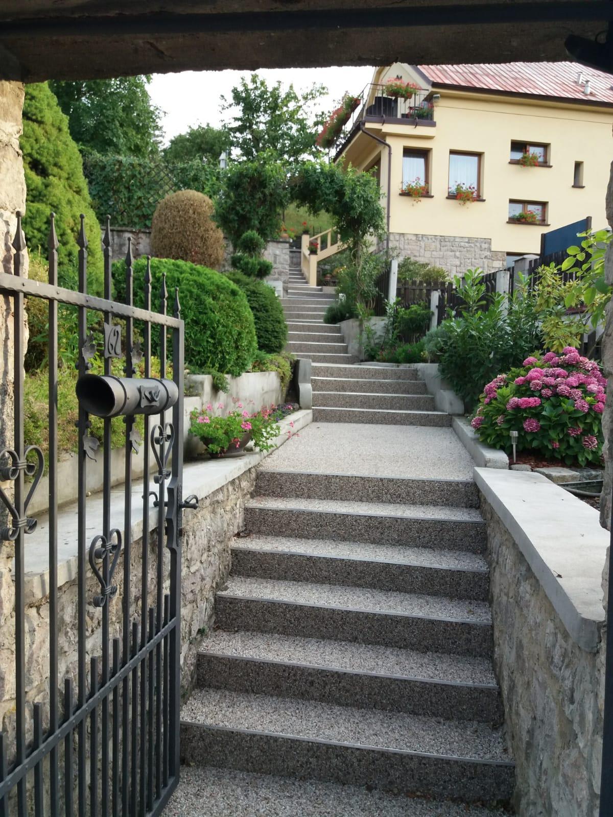 Doma - to je celé schodiště od vrátek až k domu