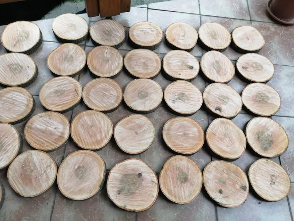 Svatební přípravy - Dřevěné kulatiny, které mi nařezal kamarád hasič, ze spadlého stromu po vichřici.