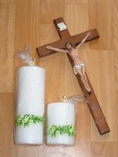 sviečky na hlavný svadobný stôl a kríž na ktorý budeme prisahať až kým nás smrť nerozdelí :O)