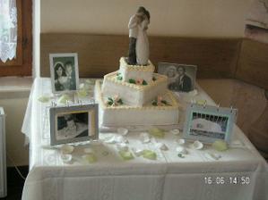 náš stôl s tortou a fotkami :O)