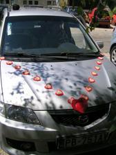 a v tomto vyzdobenom autíčku sa viezli rodičia nevesty a ženícha :O)))