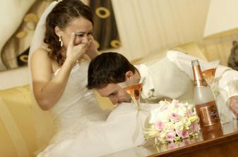 """""""šikovnej"""" neveste musel ženích pomáhať s rozliatym šampanským... :)"""