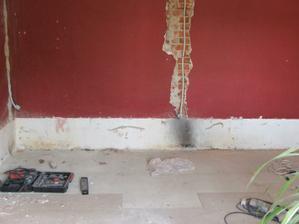 16.08.09 Tady z tohohle místa jsme oddělali dřevěnou(!!!) postel původních majitelů, ta zeď je opravdu ohořelá