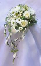 Svatební kytici si budu vázat sama,měla by být jednoduchá,vzdušná a červená s kombinací žluté,bílé nebo krémové