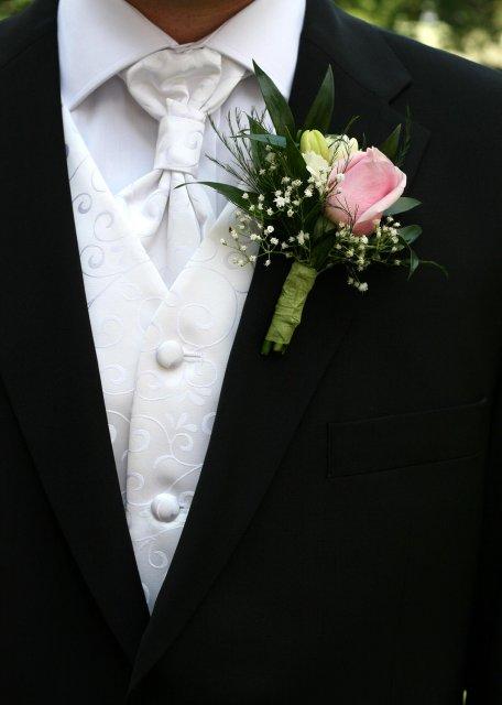 Čo už máme - aj pierko pre ženicha len v bieľučkej farbe