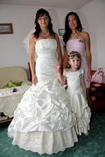 čekání na ženicha se svědkyní a družičkou