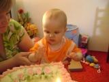 Deniska ochutnávala tortičku ručičkou :))))