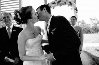 Pro fotografy první 2 novomanželské polibky.