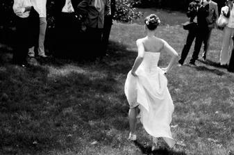 úprk nevěsty (i toto šlo v dlouhých šatech a na vysokých podpatcích)
