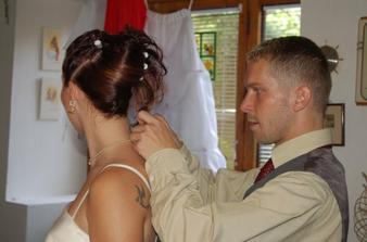 Svědek pomáhal nevěstě při oblíkání.