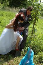 první společný manželský počin - sázení třešně, kterou jsme pak rok jezdili zalévat