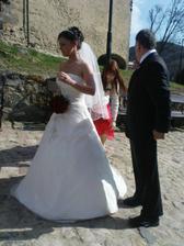 nevěsta s tatínkem před hradem