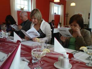 Všichni zaujatě čtou Svatební noviny :-)