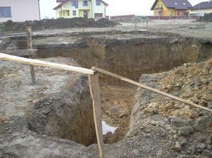 apríl 2008, vykopané základy