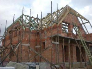 ...krov dokončený, štíty domurované...